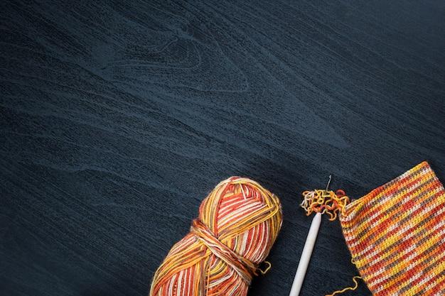 ケースのスレッドとかぎ針編みのフックのかせ。コピースペース