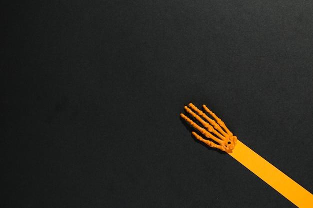紙と骨で作られたスケルトンの手