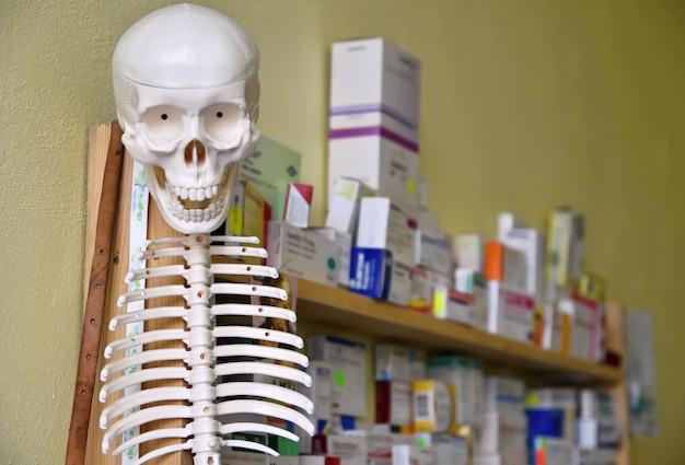 «скелетный макет и наркотики на полках»