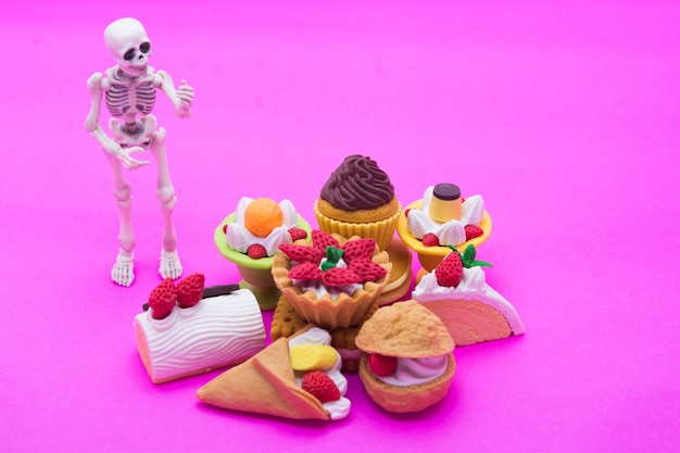 Skeleton standing and bakery, enjoy eating until death with sweet desserts.