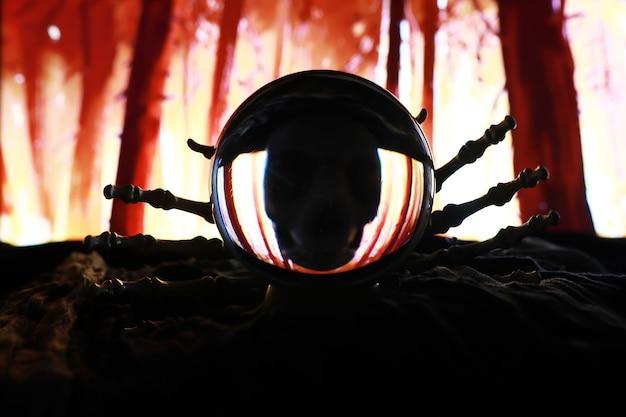 Graveyard-할로윈에서 떠오르는 해골 좀비 손. 어두운 장면에서 신비한 마술 공 예측과 연기. 점쟁이, 마인드 파워, 예측 개념. 신비한 배경