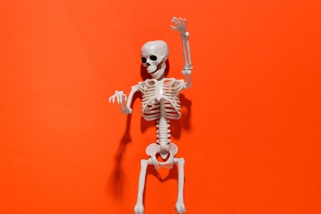 明るいオレンジ色のスケルトン。ハロウィーンの装飾、怖いテーマ