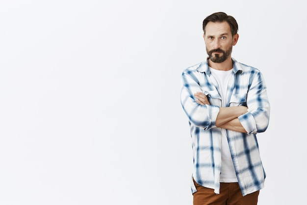Скептически бородатый зрелый мужчина позирует