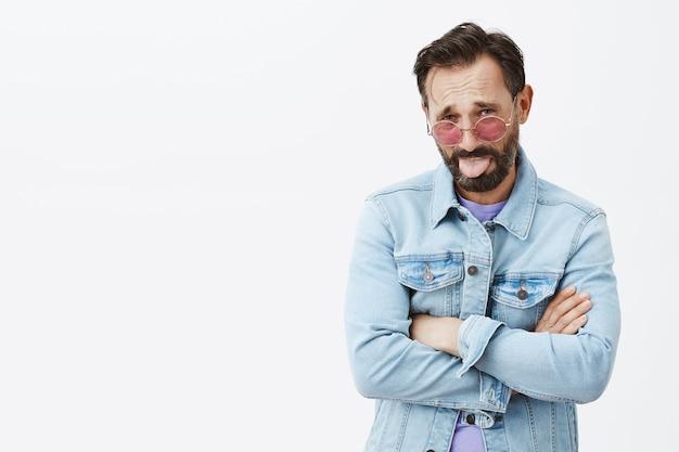 Uomo maturo barbuto disgustato scettico in posa
