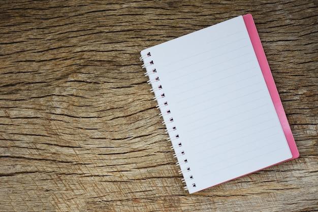 Записная книжка или блокнот на деревенском дереве