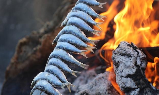 イワシのオリーブのトランクスの串焼きとビーチでの火