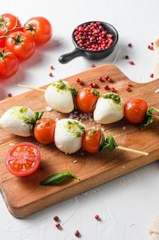 トマト、モッツァレラチーズ、バジルの串焼き、ペストソース