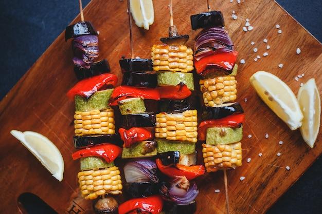 Шашлык из овощей гриль, кукурузы, цукини, шампиньонов, красного перца