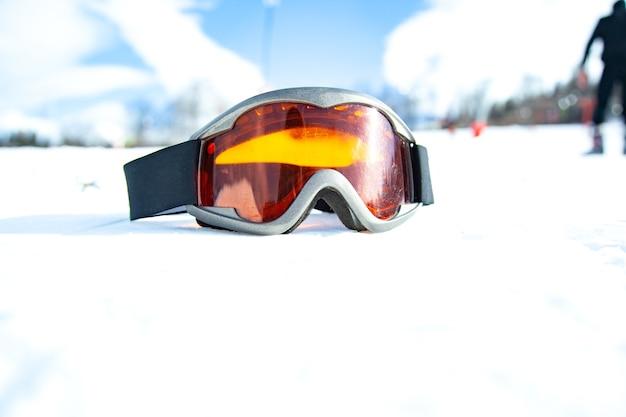 Маска для лыж и сноуборда в снегу