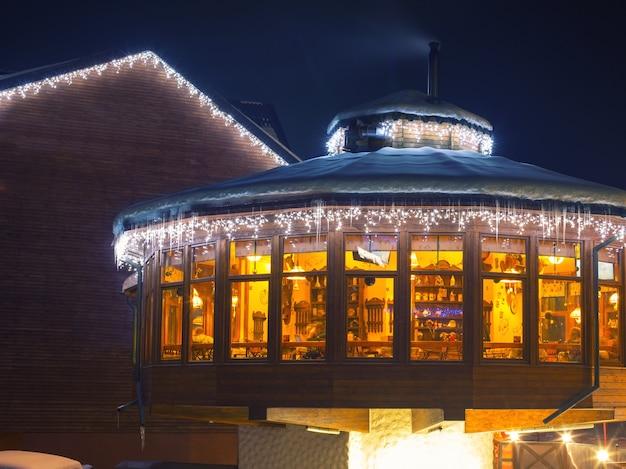 Лыжное кафе ночью