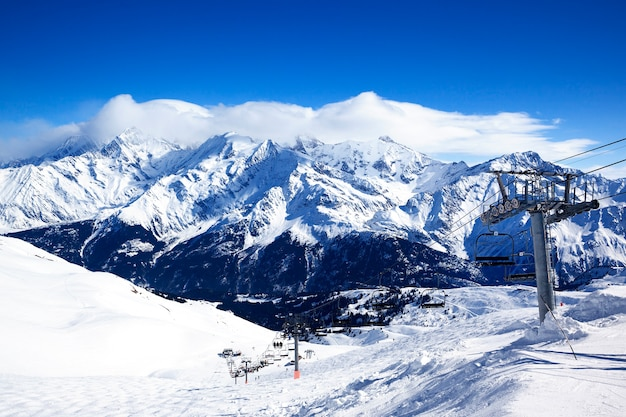 フランス、アルプス山脈のスキーチェアリフト