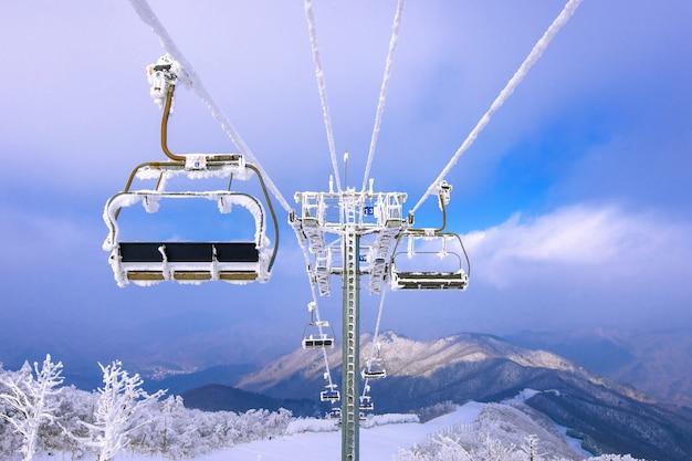 スキーチェアリフトは冬、韓国で雪に覆われています