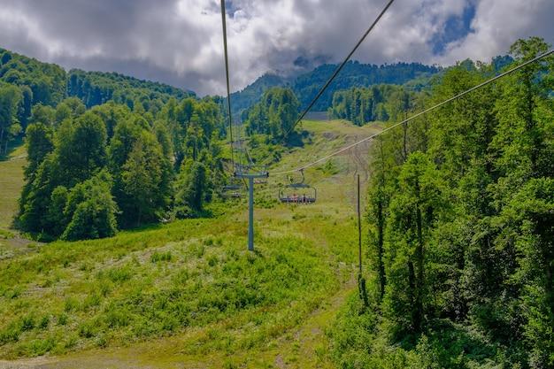 夏のソチ市近くの山でのスキーリフト