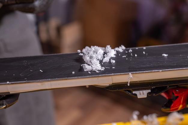 비수기에는 스키 정비, 파라핀을 얹은 스키