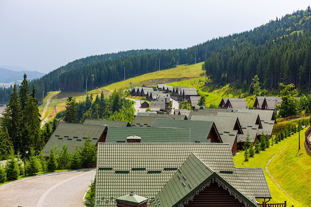 여름 날에 karpaty 산에 스키 리조트 기지 bukovel.