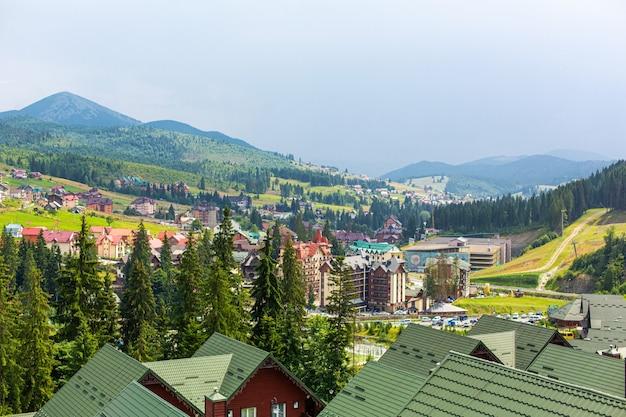 База горнолыжного курорта буковель в карпатах в летний день.