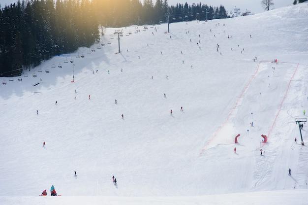 스키 리조트. 내리막 전망. 내리막 스키를 타는 사람들.