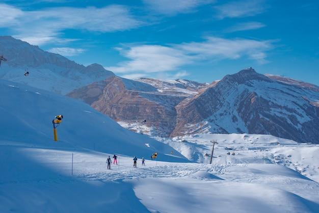 山の冬の観光のためのスキーリゾート