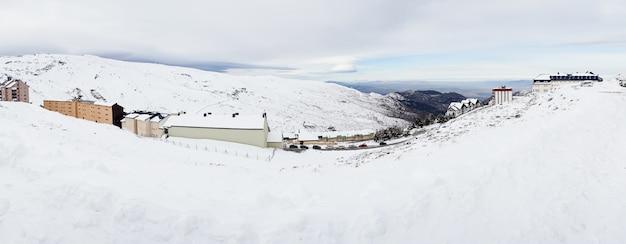 겨울에 눈이 가득한 시에라 네바다의 스키 리조트.