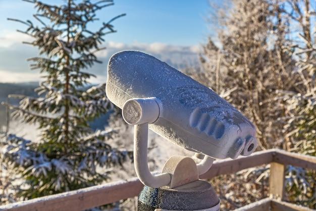 スキーとスノーボードの山で雪と木々inii冬休みに走るスキーリゾートスノーガン