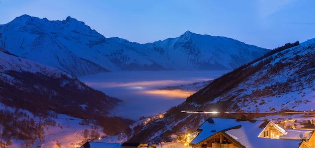 海の雲と大きな山のスキーリゾート