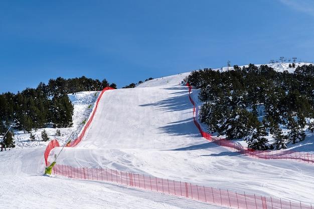 안도라 피레네 산맥의 grandvalira sli 지역에서 스키 슬로프.