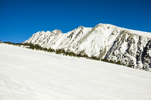 High tatras 산의 스키장. 서리가 내린 화창한 날