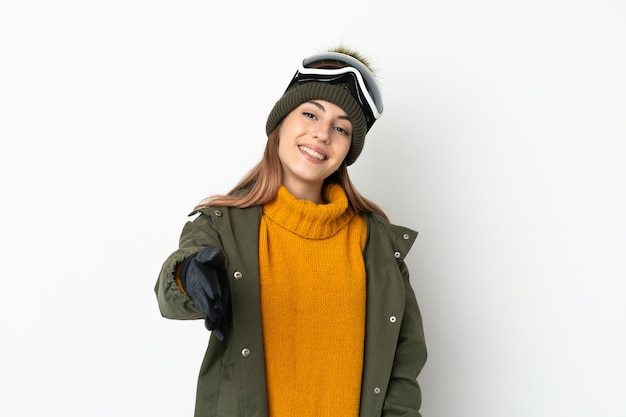 Кавказская женщина-лыжница в очках для сноубординга изолирована на белой стене, пожимая руку для заключения хорошей сделки