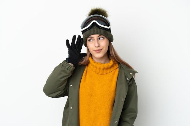 Кавказская женщина лыжника в очках для сноуборда изолированы