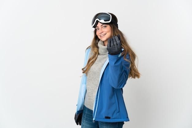 Девушка-лыжник в очках для сноуборда, изолированные на белом фоне, делая денежный жест