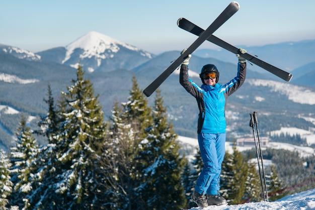 山のスキーヤー