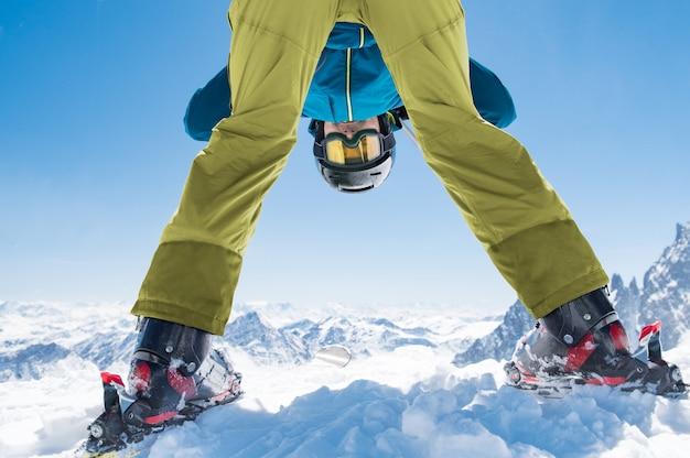スキーヤー男は冬の雪を楽しむ