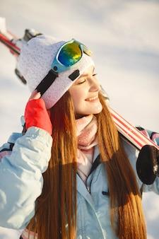 Sciatore su un pendio di montagna in posa su uno sfondo di montagne innevate