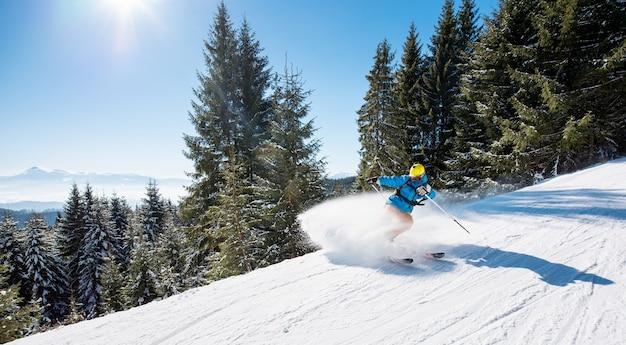 겨울 날에 산에서 슬로프에 스키