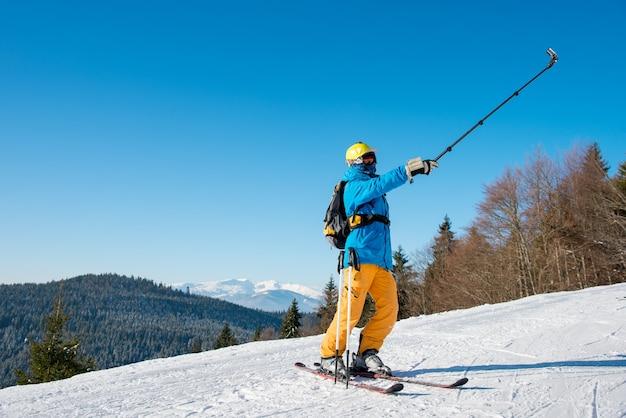 Лыжник на склоне в горах в зимний день