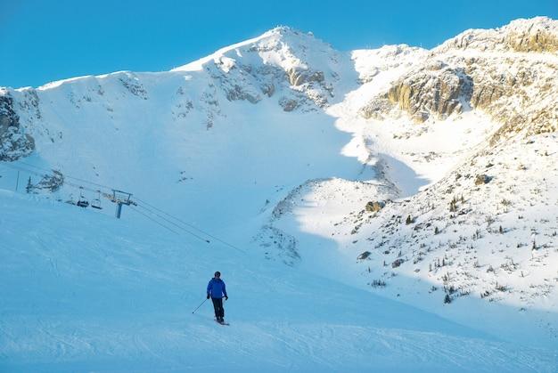 Лыжник на склоне горы. зимний пейзаж.