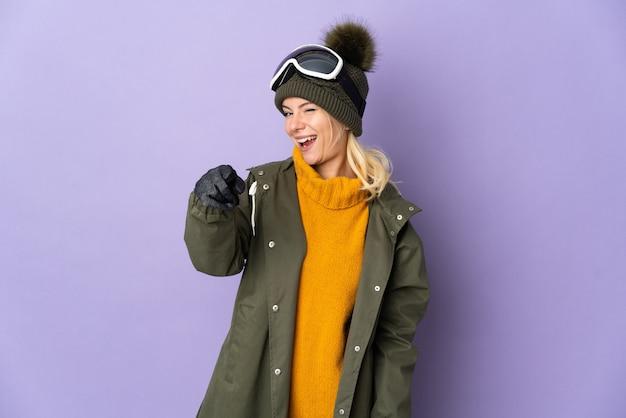 Русская девушка лыжника в очках для сноуборда изолированы