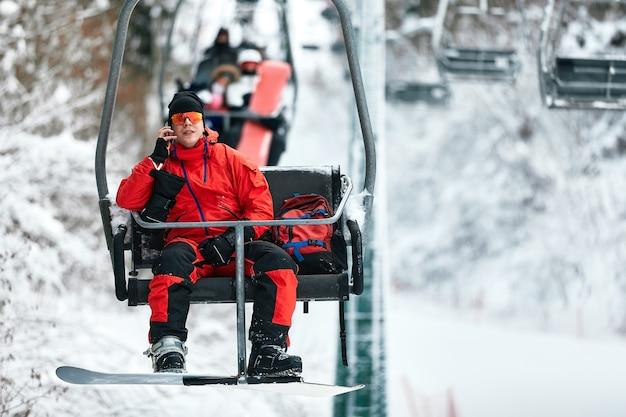 스키 리프트는 화창한 날 동안 높은 산에서 전화 통화에 앉아. 겨울 스포츠 및 레크리에이션, 레저 야외 활동.