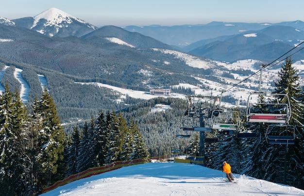 晴れた冬の日にスキーヤースキー