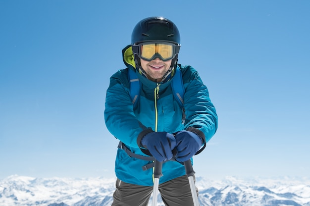 立っているスキーヤーを保持しているスキーヤー