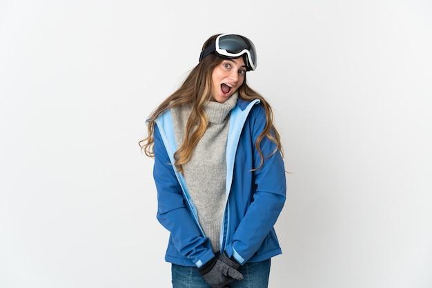 놀라운 표정으로 흰색에 고립 된 스노우 보드 안경 스키 여자