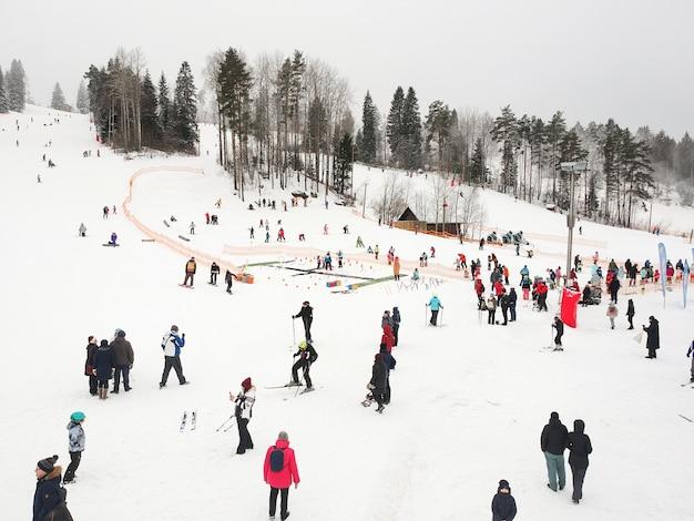 ロシアのサンクトペテルブルク近くのスキーリゾートでのスキーヤーとスノーボーダー。