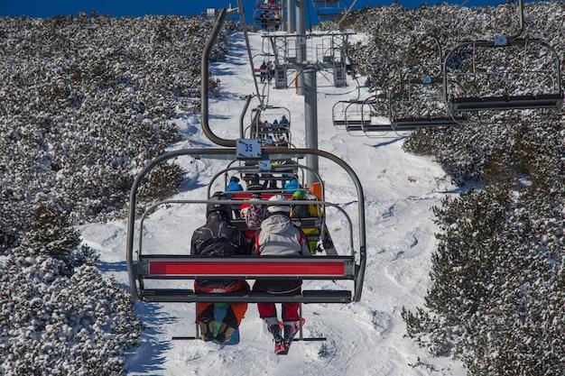 山のスキーリフトのスキーヤー