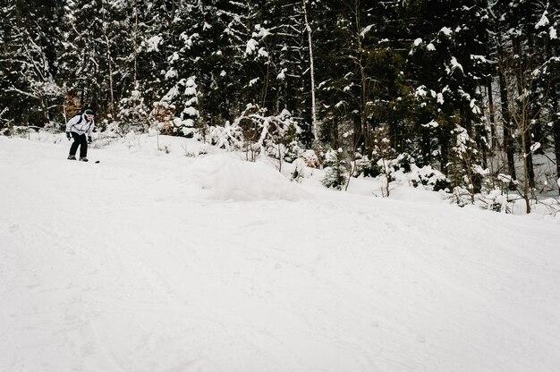 スキー。雪山でのスキーが上手です。カルパティア山脈の雪の上のスキーでスキーマスクの男。