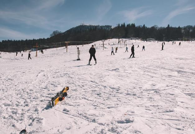 Катание на лыжах по заснеженной трассе