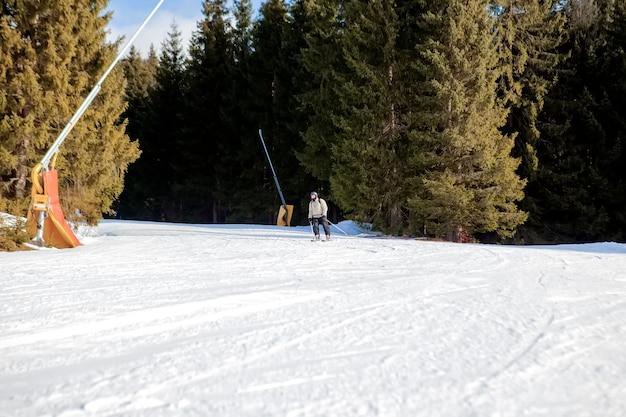 스키를 타는 사람들과 우크라이나 스키 지역의 체어 리프트.