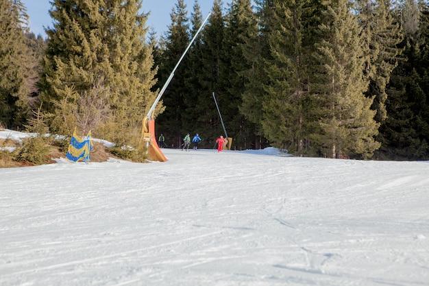 ウクライナのスキー地域のスキーの人々とチェアリフト。