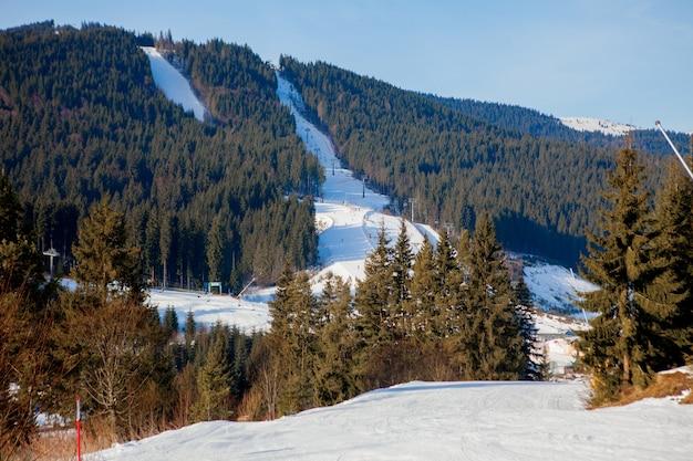 Катаются на лыжах и подъемниках горнолыжного региона украины.
