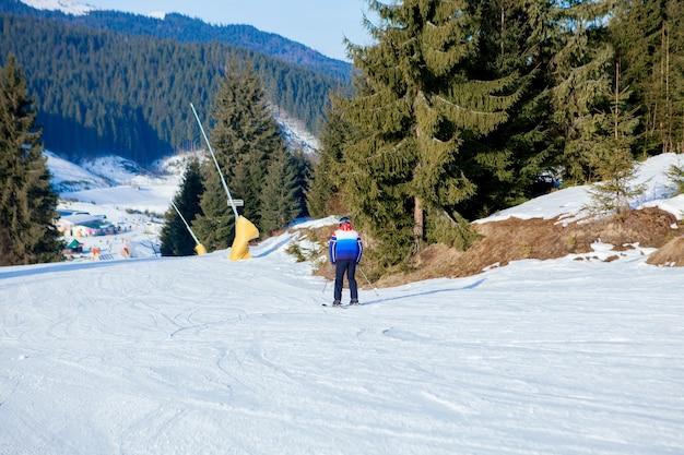 스키를 타는 사람들과 우크라이나 스키 지역의 리프트.