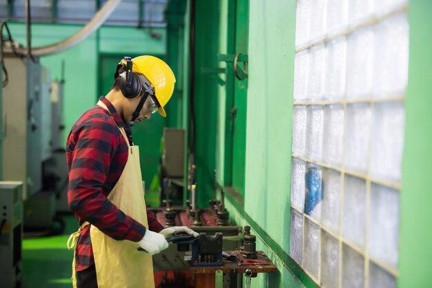철제 제조 공장에서 예비 부품 금속에 대한 기술 정비공 작업 매뉴얼.